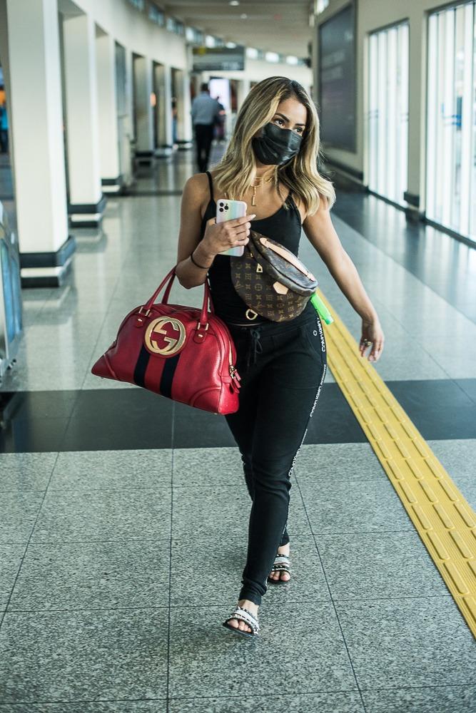 Lexa é recebida com presente por Mc Guimê em aeroporto
