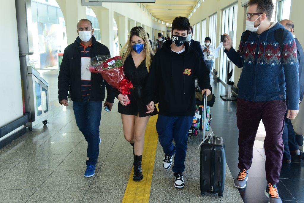 Viih Tube chega em São Paulo ao lado do namorado