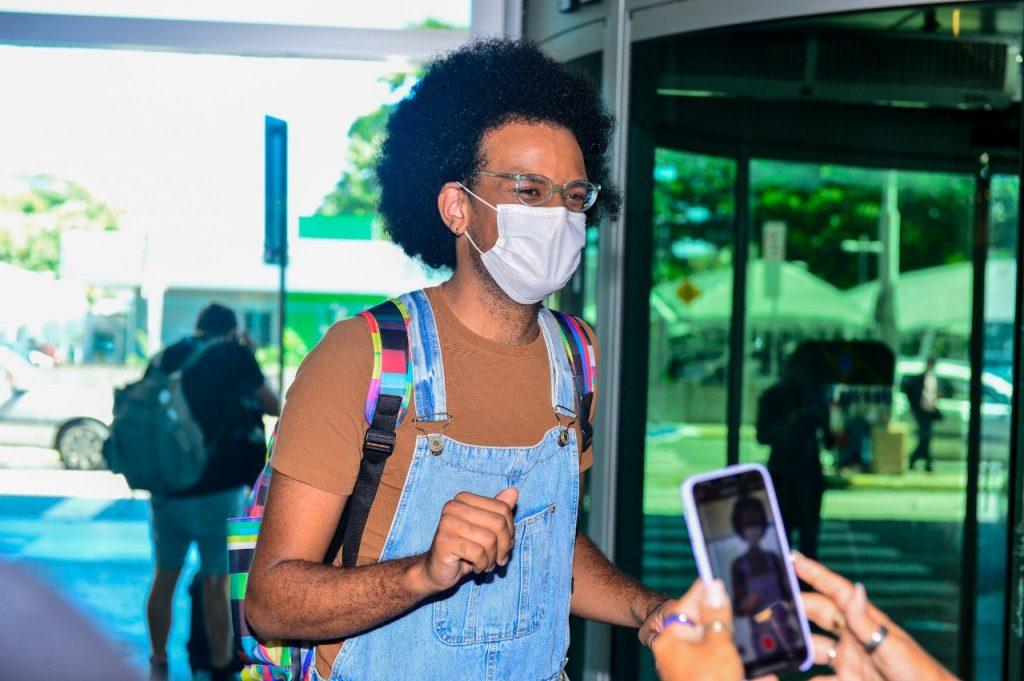 João posa com fãs em aeroporto após eliminação do BBB