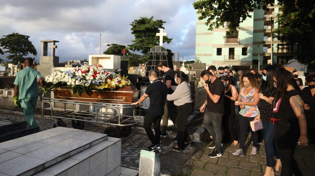 Yudi Tamashiro se emociona no enterro do pai