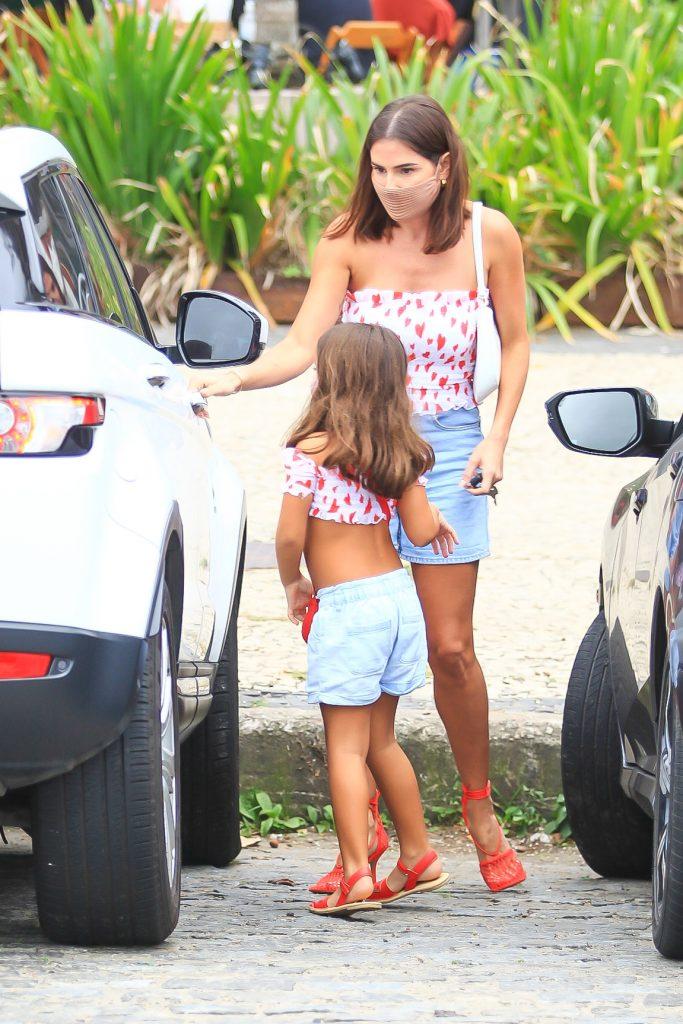 Deborah Secco combina look com a filha para passeio no Rio