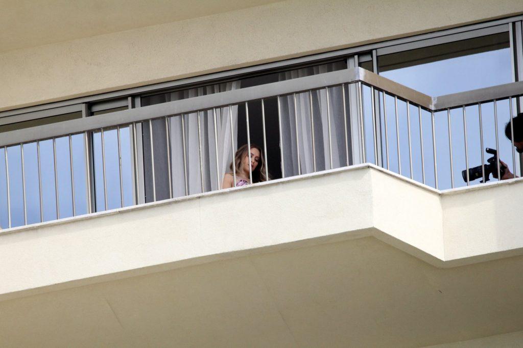 Carla Diaz posa para fotos de maiô em sacada de hotel