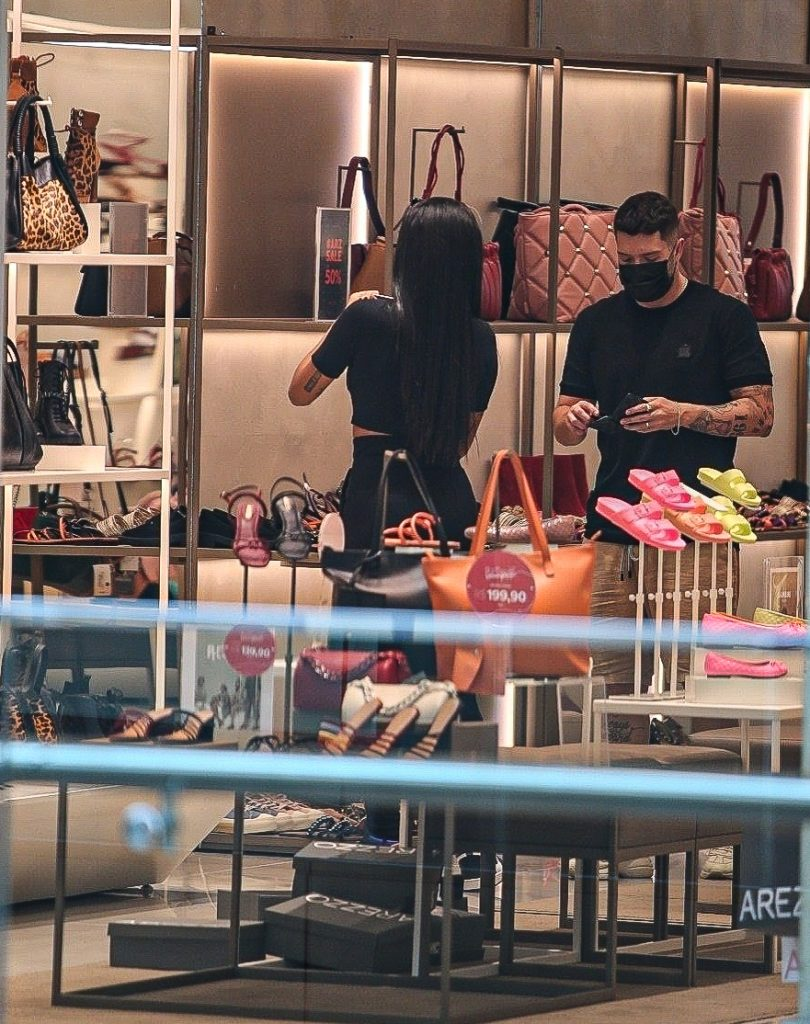 Nos preparativos para a final do BBB, Pocah faz compras em shopping