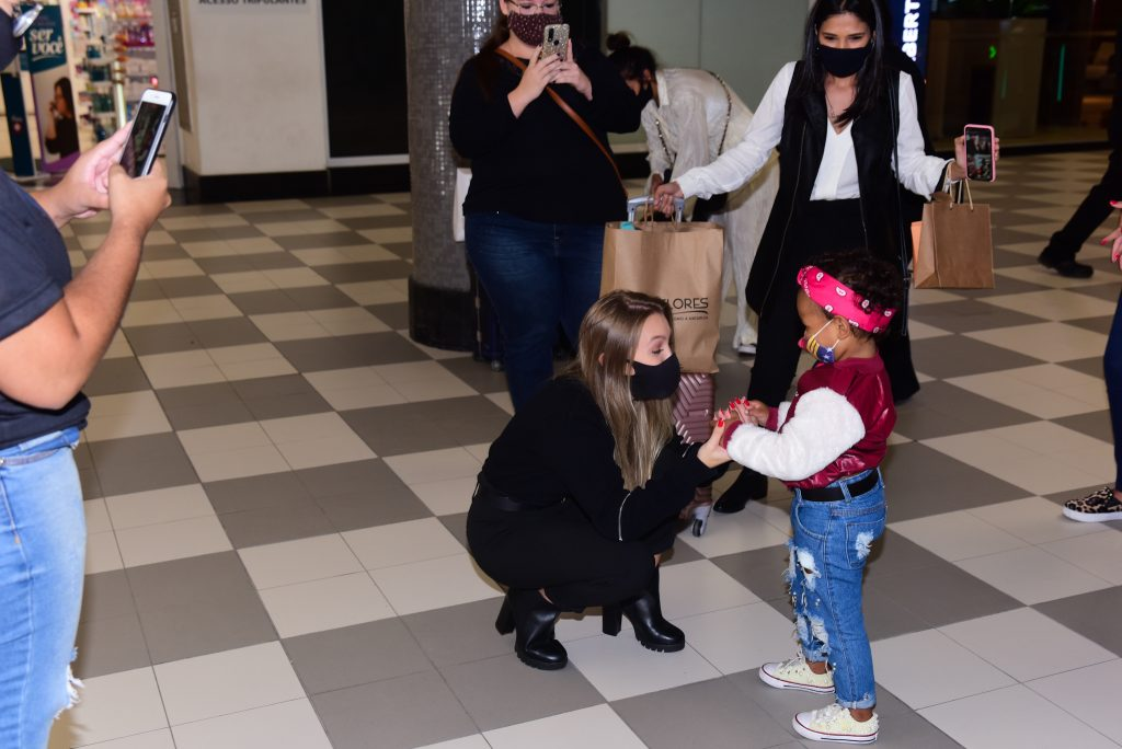 Carla Diaz atende fã mirim em aeroporto de SP