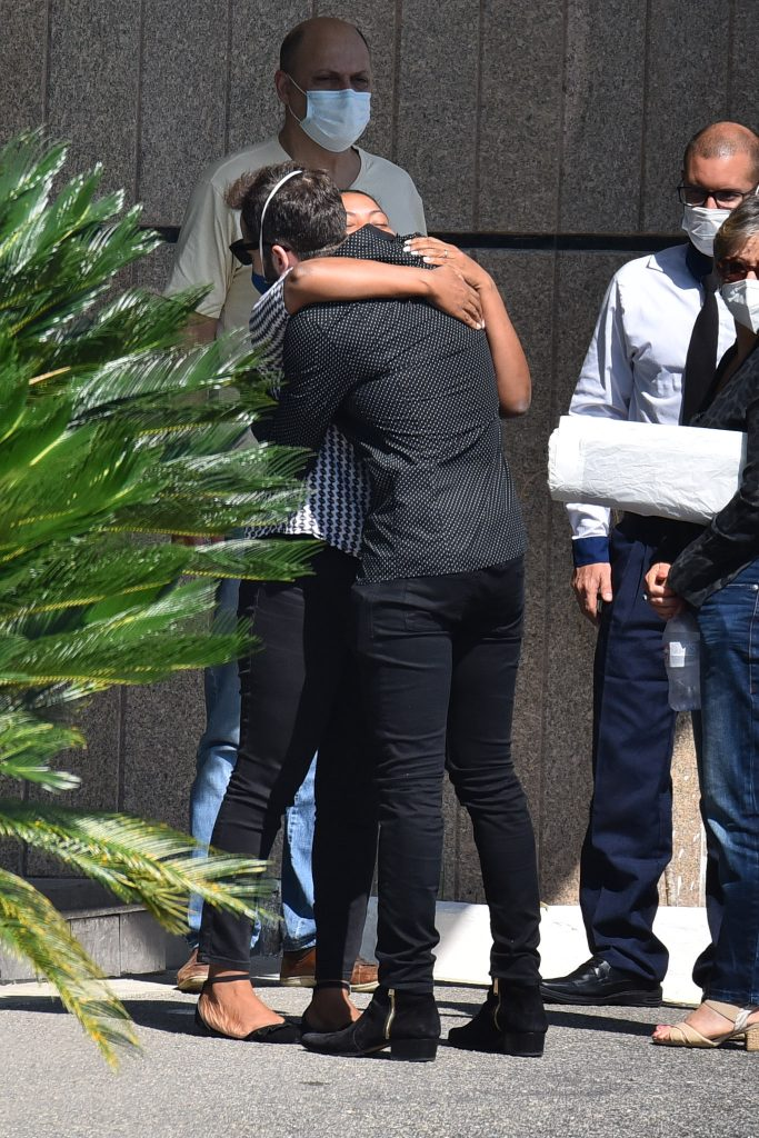 Familiares e amigos chegam em cerimônia de cremação de Paulo Gustavo