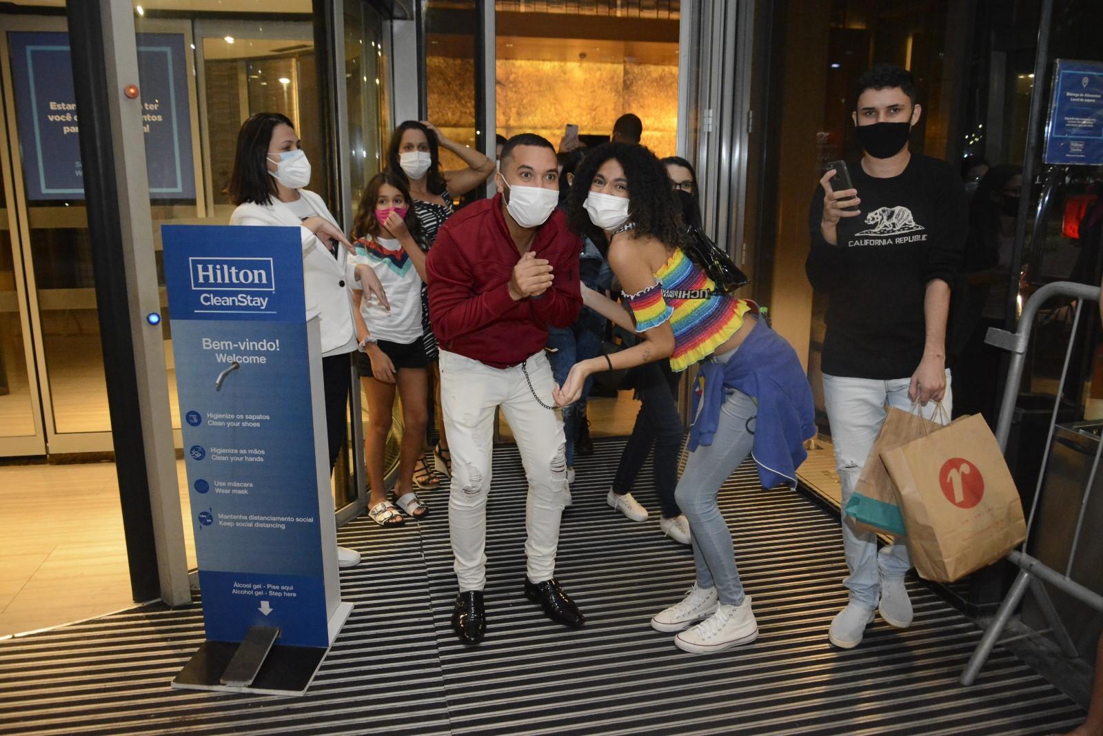 Às vésperas da final do BBB, ex participantes atendem fãs na porta de hotel