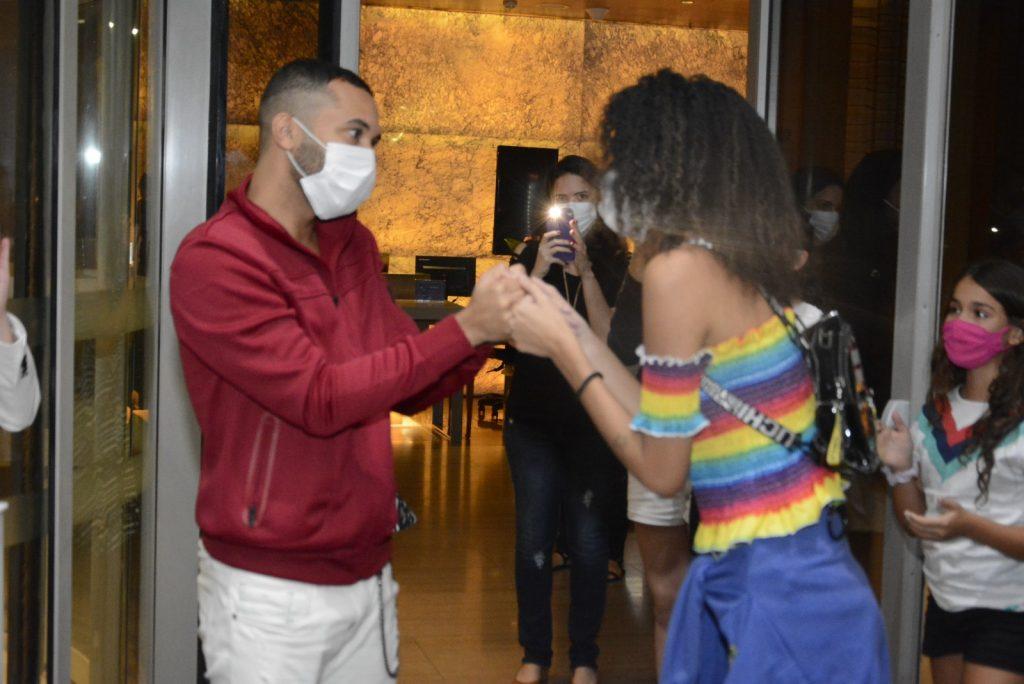 Às vésperas da final, ex BBBs atendem fãs na porta de hotel