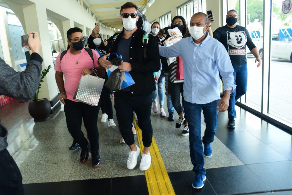 Arthur pede consciência de fãs após tumulto em aeroporto