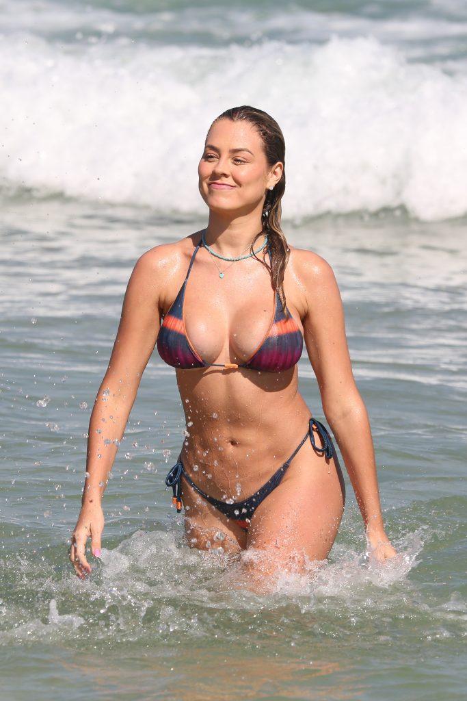 Isabella Cecchi exibe boa forma em praia no Rio