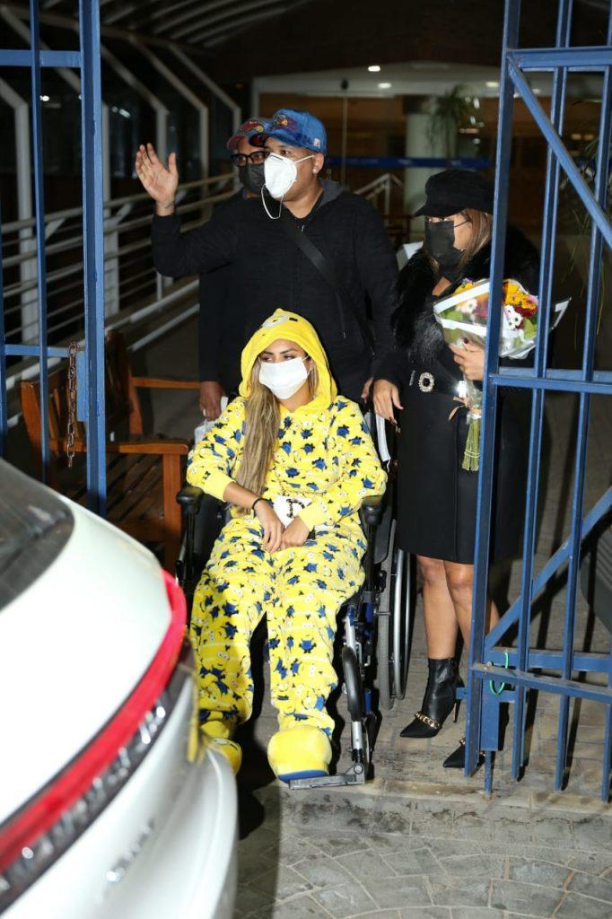 Lexa deixa o hospital de cadeiras de rodas após cirurgia