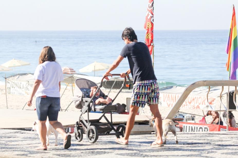 Marido de Sthefany Brito é flagrado em passeio com o filho