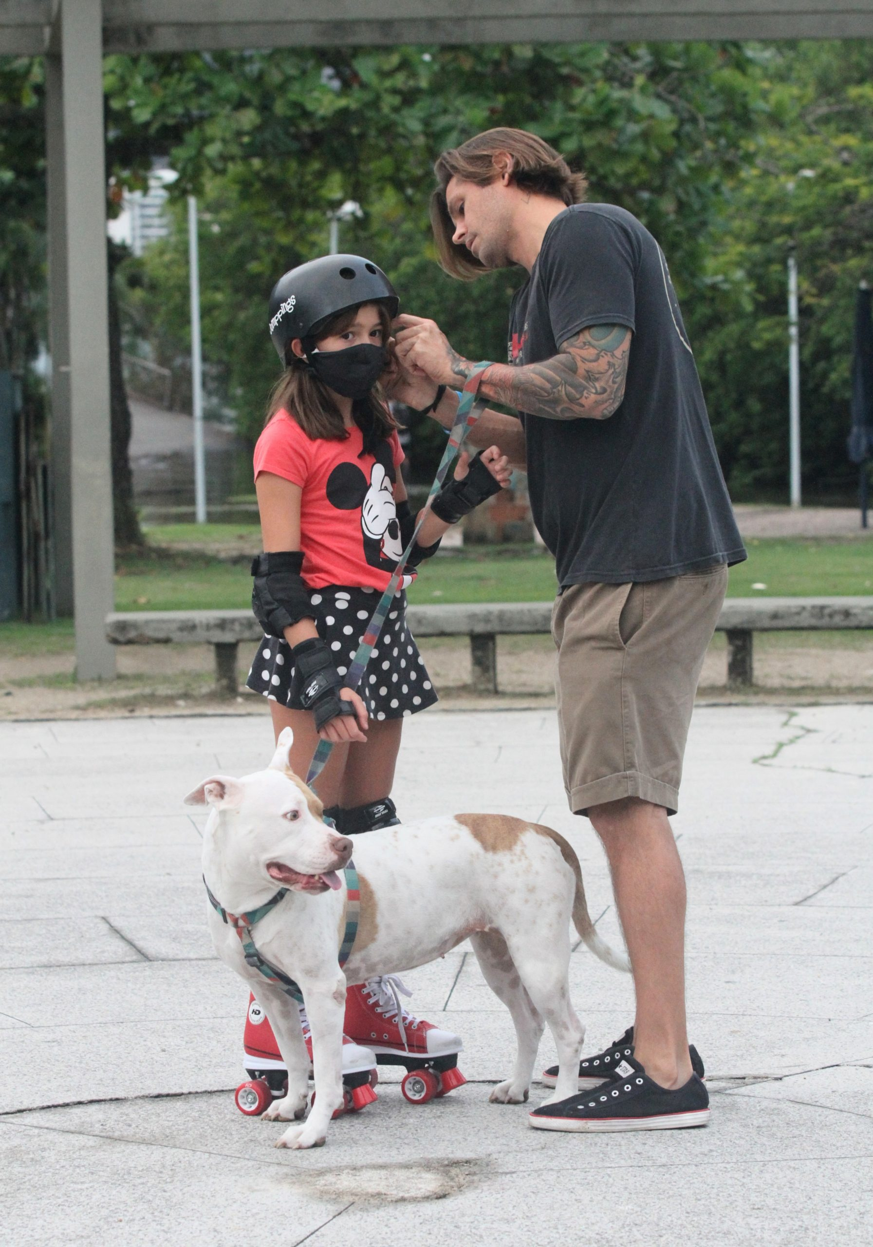 Dado Dolabella ensina filha a patinar