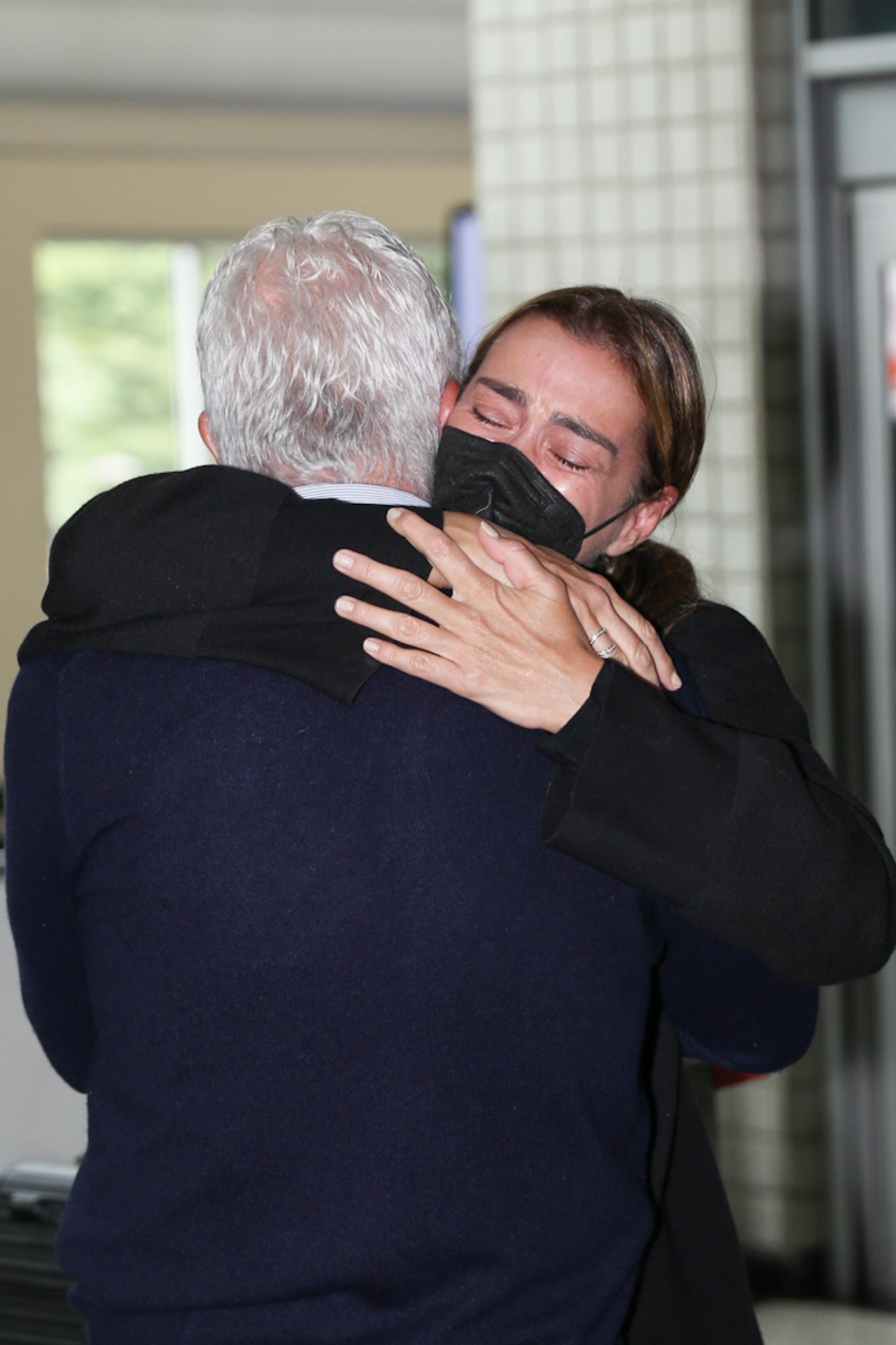 Mônica Martelli chora nos braços do namorado após morte de Paulo Gustavo