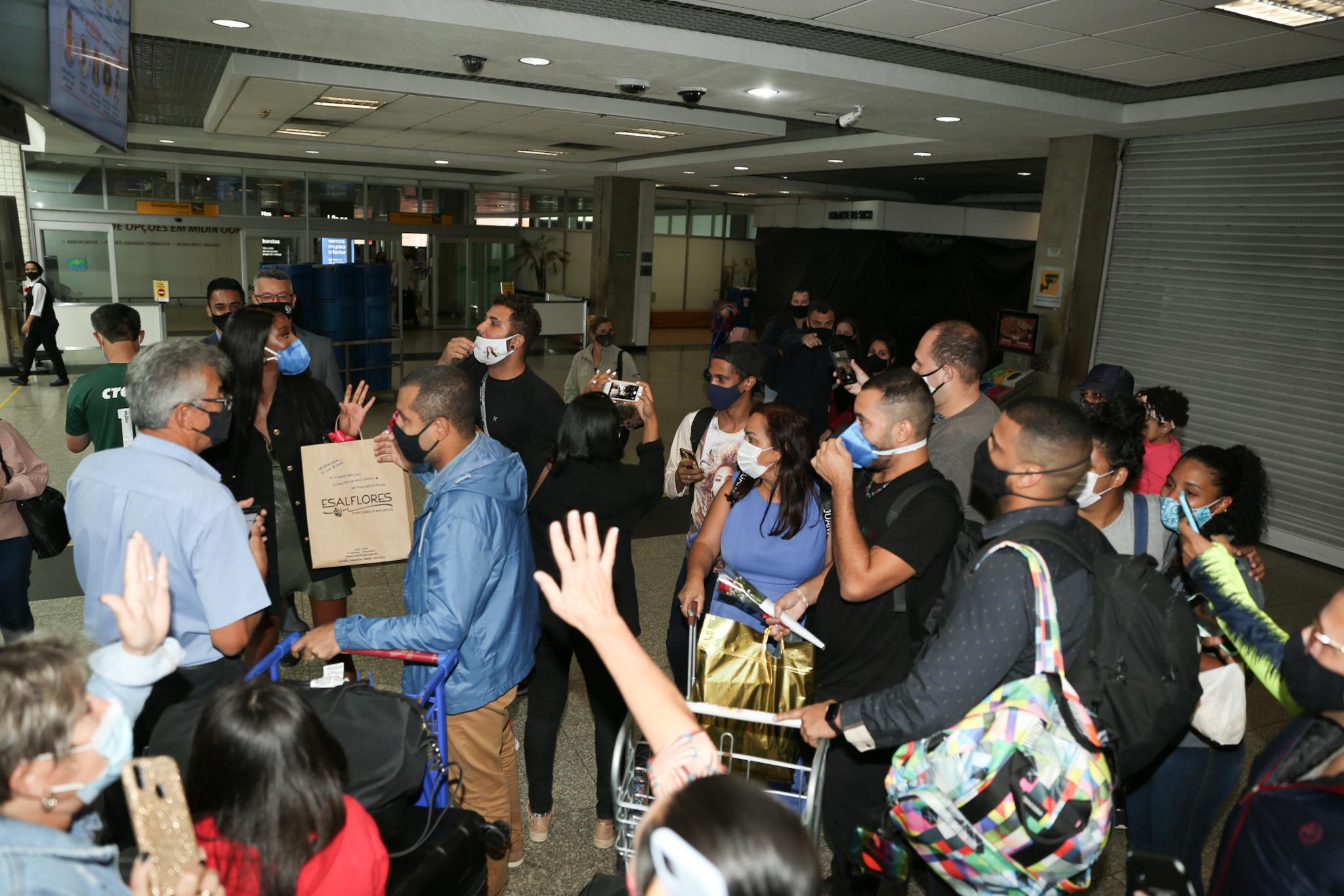 Camilla de Lucas e Gil do Vigor atendem fãs no aeroporto em São Paulo