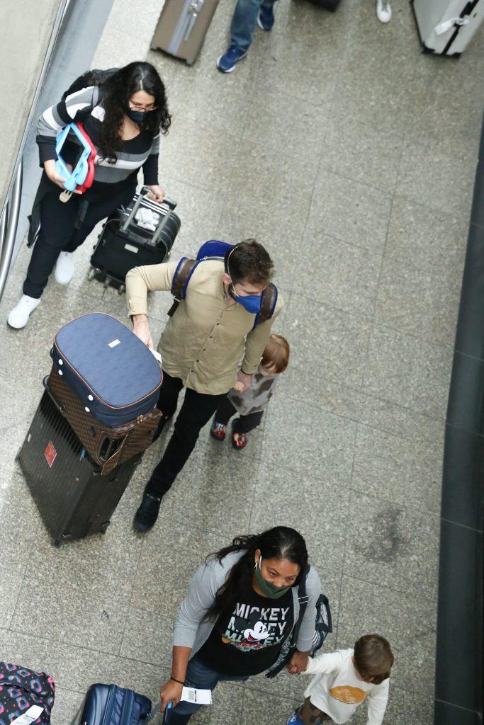 Thales Bretas desembarca em São Paulo com os filhos