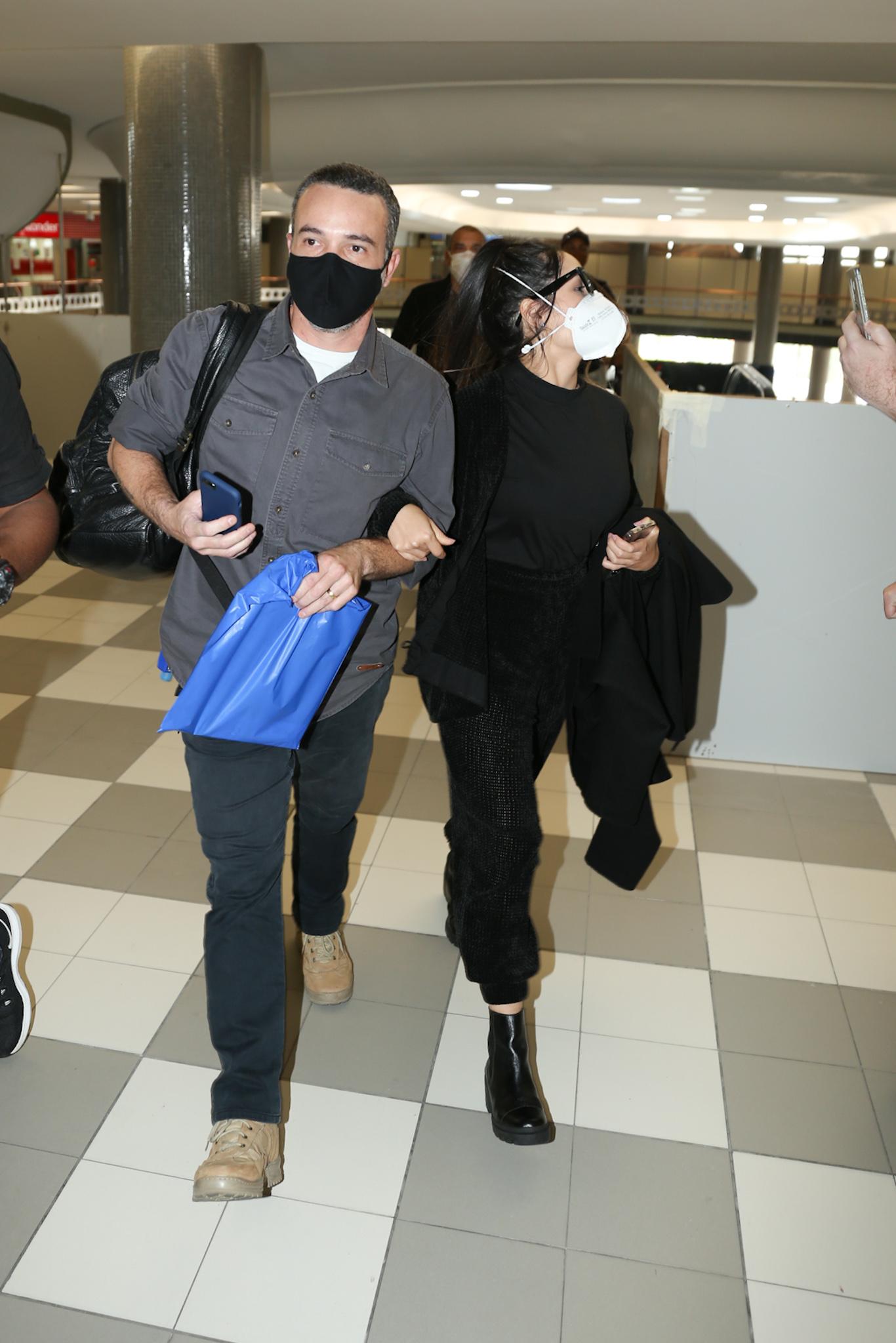 Juliette corre de mãos dadas com segurança para não perder o voo