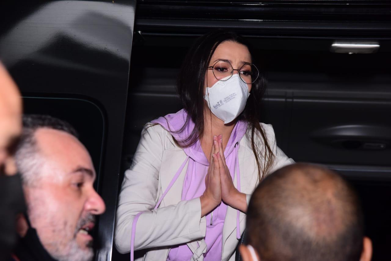 Juliette pede calma enquanto atende fãs ao chegar em SP
