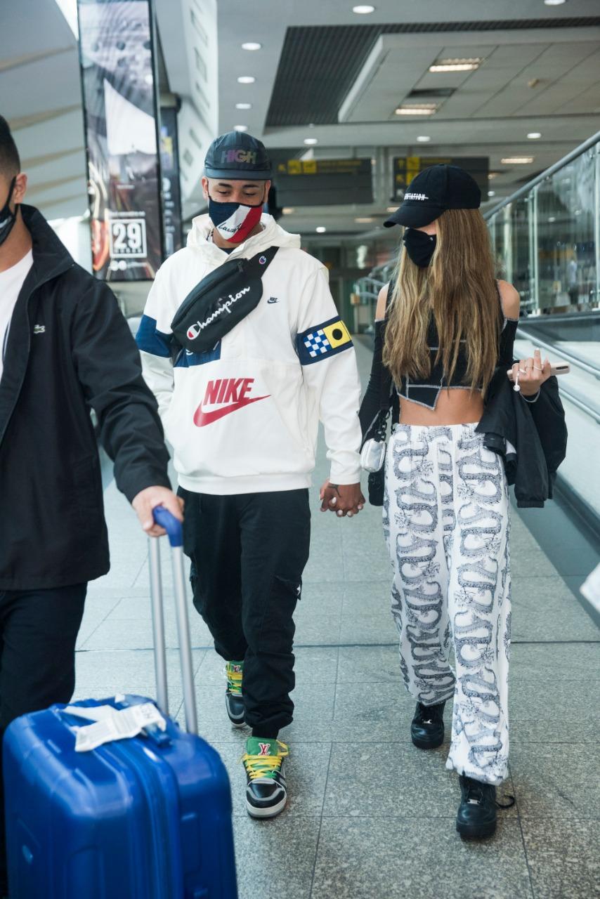 Cantora Tília é recebida por Kawe em aeroporto
