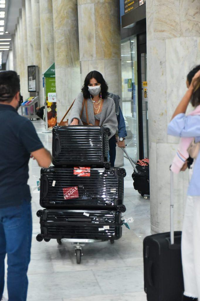 Bruna Marquezine chega com look inusitado no Rio