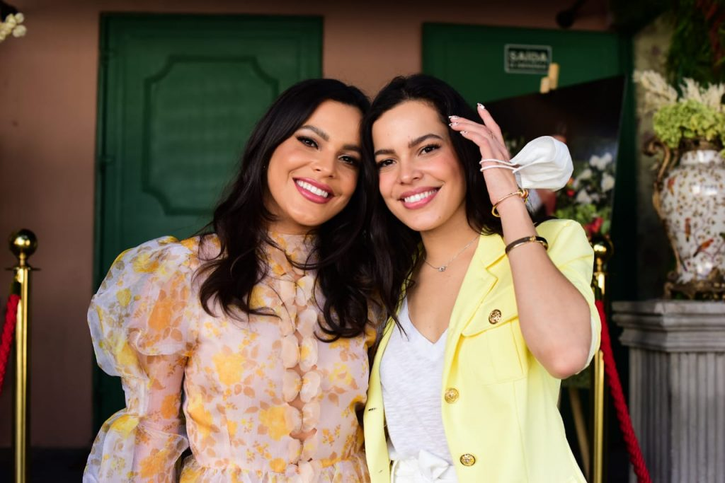 Emilly Araújo lança perfume ao lado da irmã gêmea