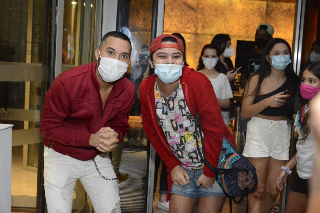 Gil do Vigor dança com fãs em hotel no Rio de Janeiro