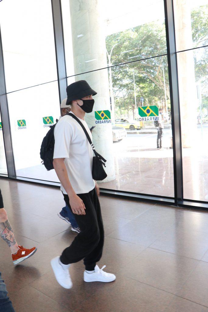 Astro de Elite, Aron Piper, viaja de São Paulo para o Rio de Janeiro