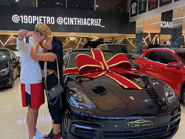 Ex-Chiquitita Cinthia Cruz ganha Porsche de Dia dos Namorados