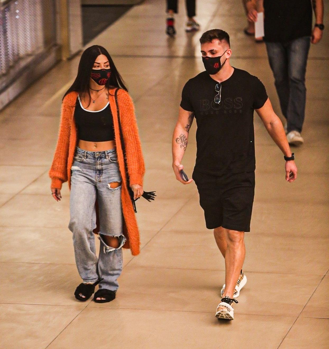 Arthur Picoli e Aline Riscado se encontram em shopping