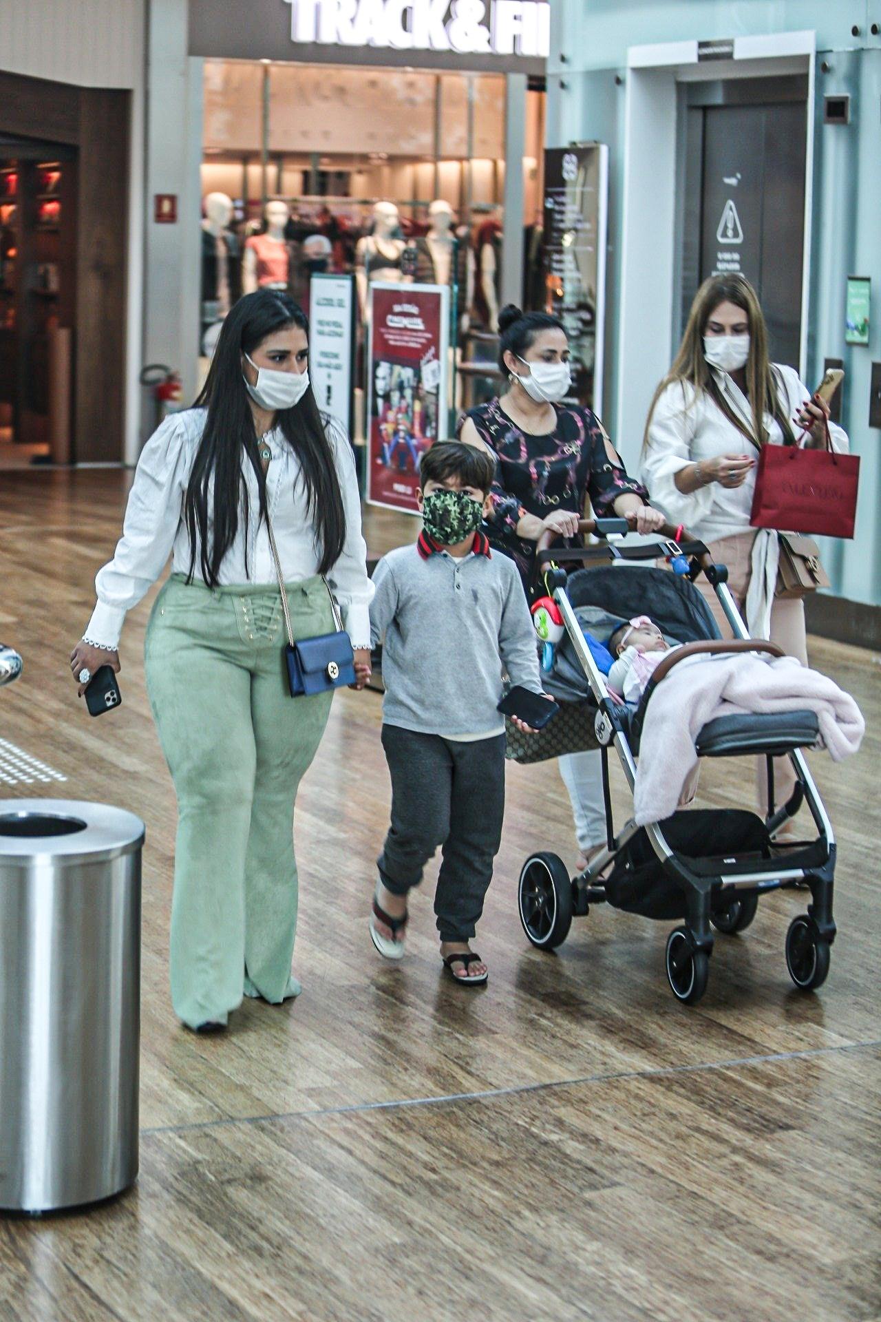 Simone leva a caçula Zaya para passeio em shopping