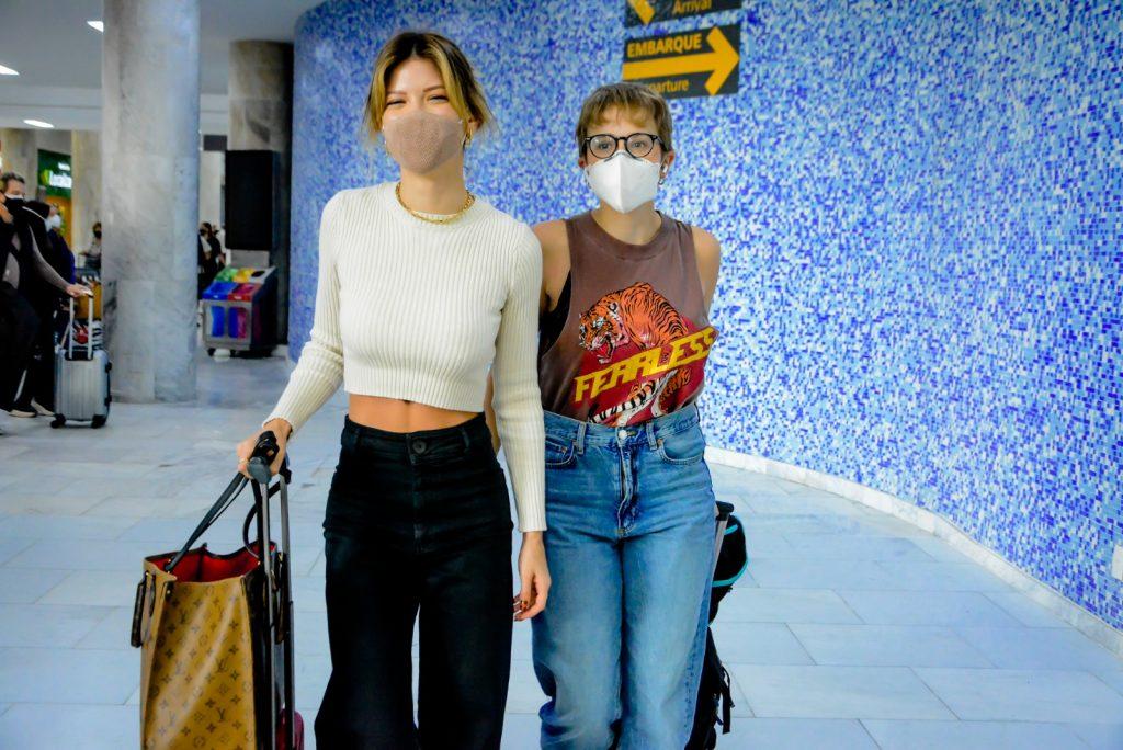 Vitoria Strada e Marcella Rica posam para fotos e atendem fãs em aeroporto