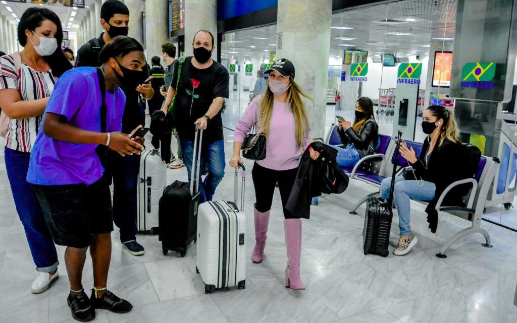 Após abrir jogo sobre relacionamento, Carla Diaz desembarca sozinha no Rio