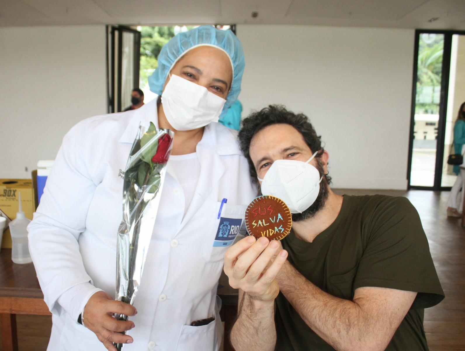 Caco Ciocler presenteia agentes de saúde com rosas ao tomar vacina