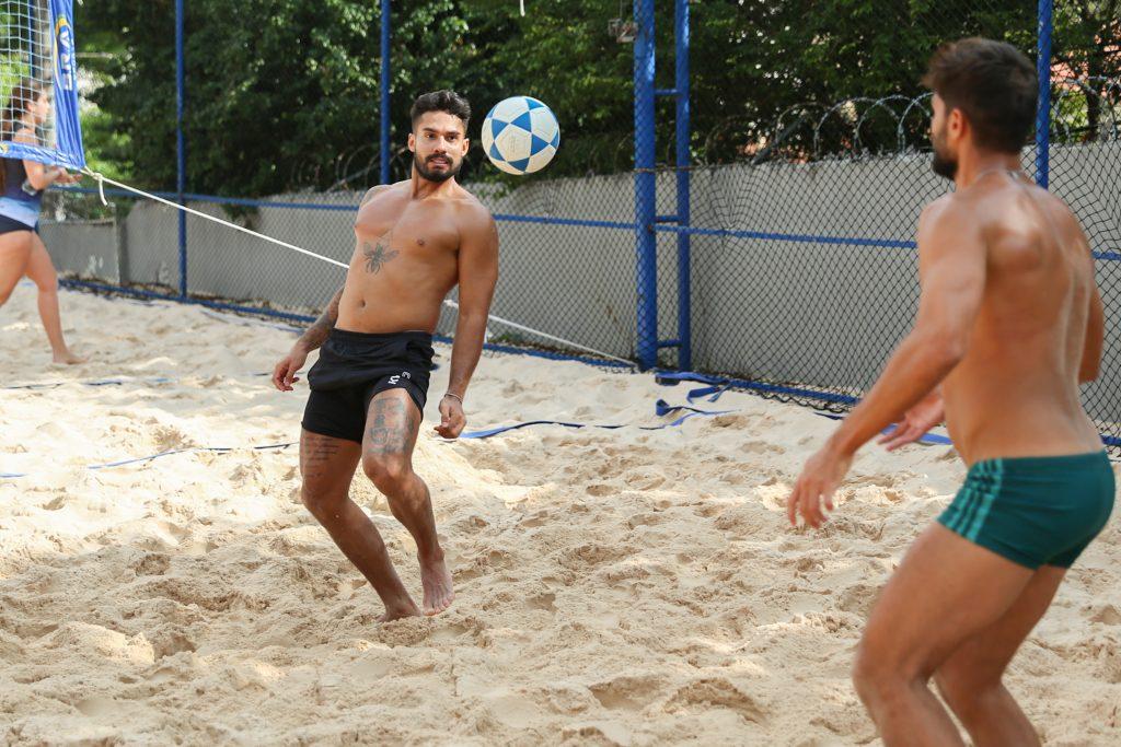 André Martinelli e Bil jogam futevôlei em São Paulo