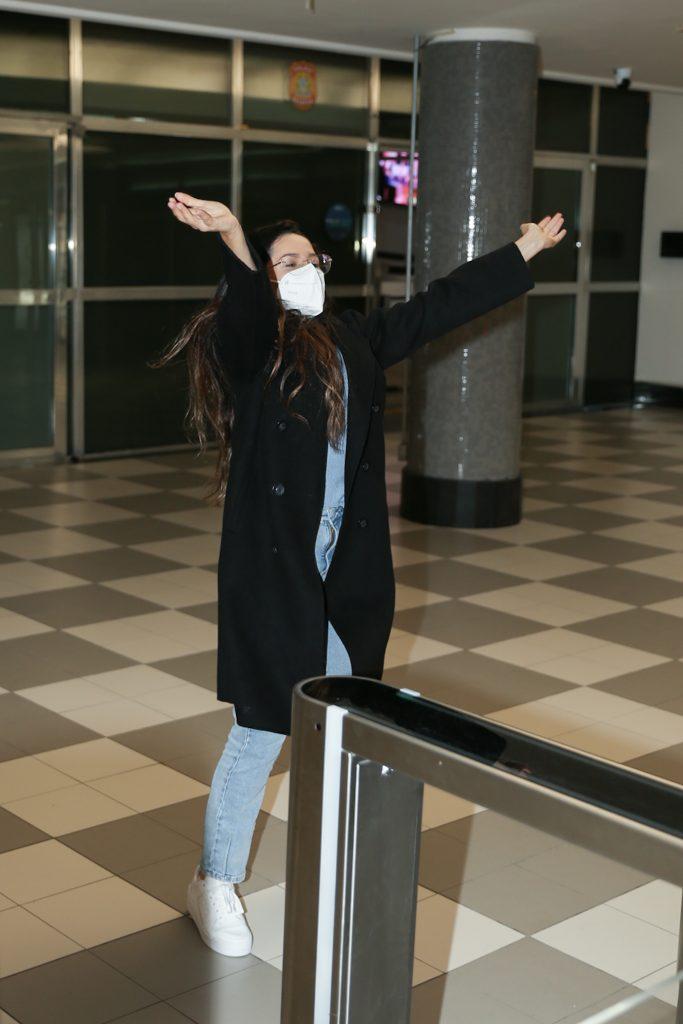 Juliette faz festa com fãs em aeroporto