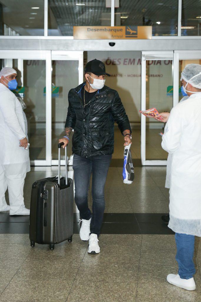 Simpático, Tierry atende fãs em aeroporto