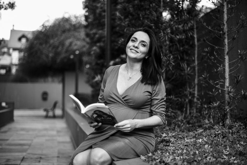 Izabella Camargo explica como lida com a depressão na gestação