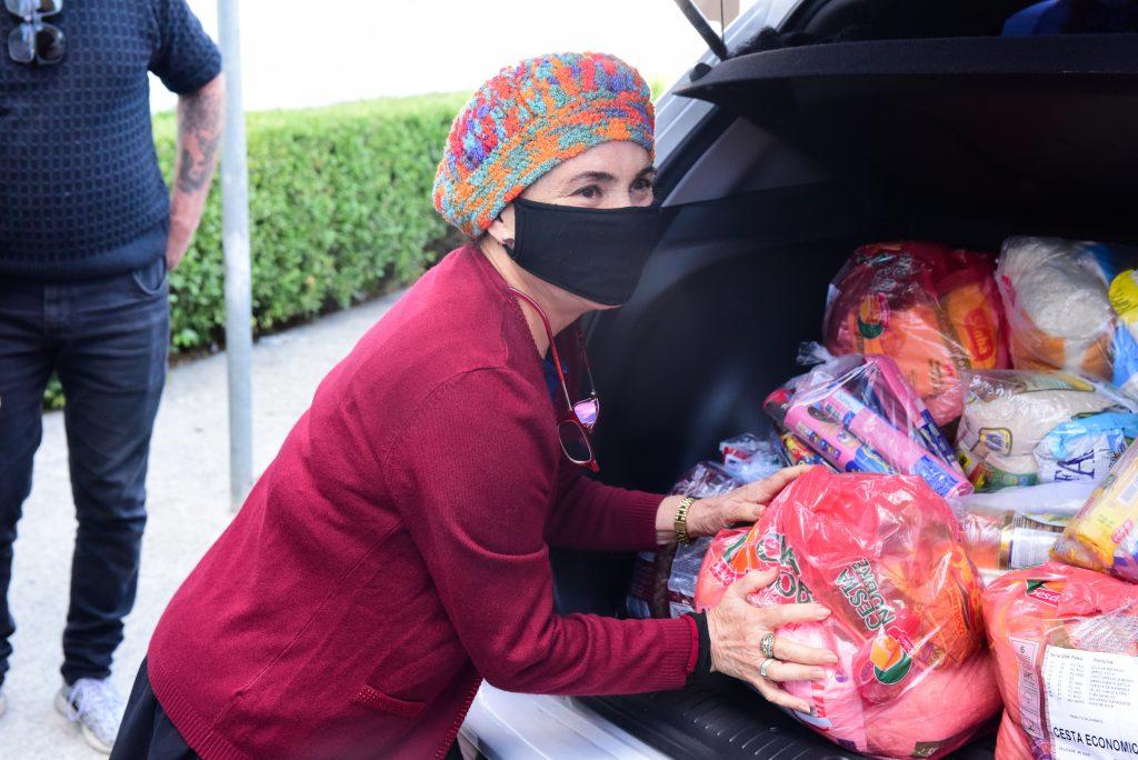 Regina Duarte faz doação de cestas básicas em São Paulo