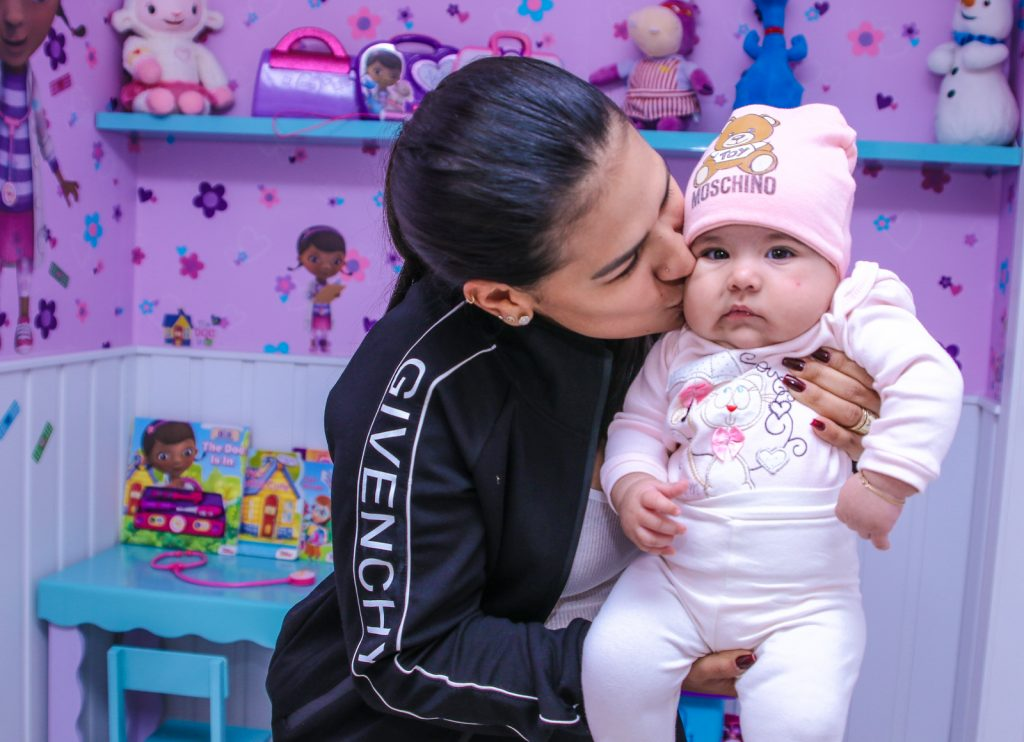 Filha de Simone Mendes esbanja fofura em pediatra