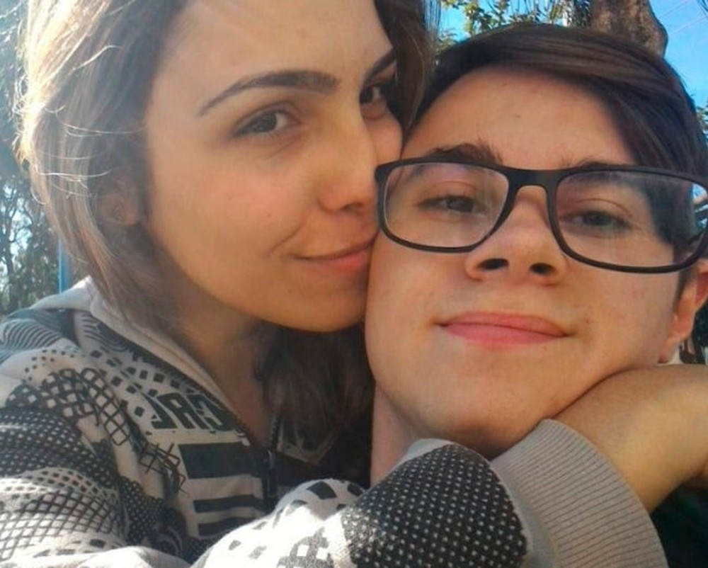 Irmã do ator Rafael Miguel homenageia o irmão e os pais falecidos há dois anos