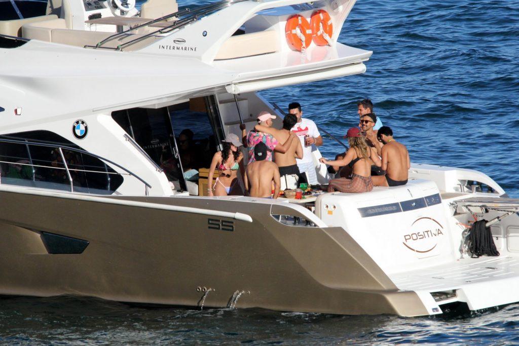 Bruna Marquezine e Rafa Kalimann curtem dia com amigos em barco