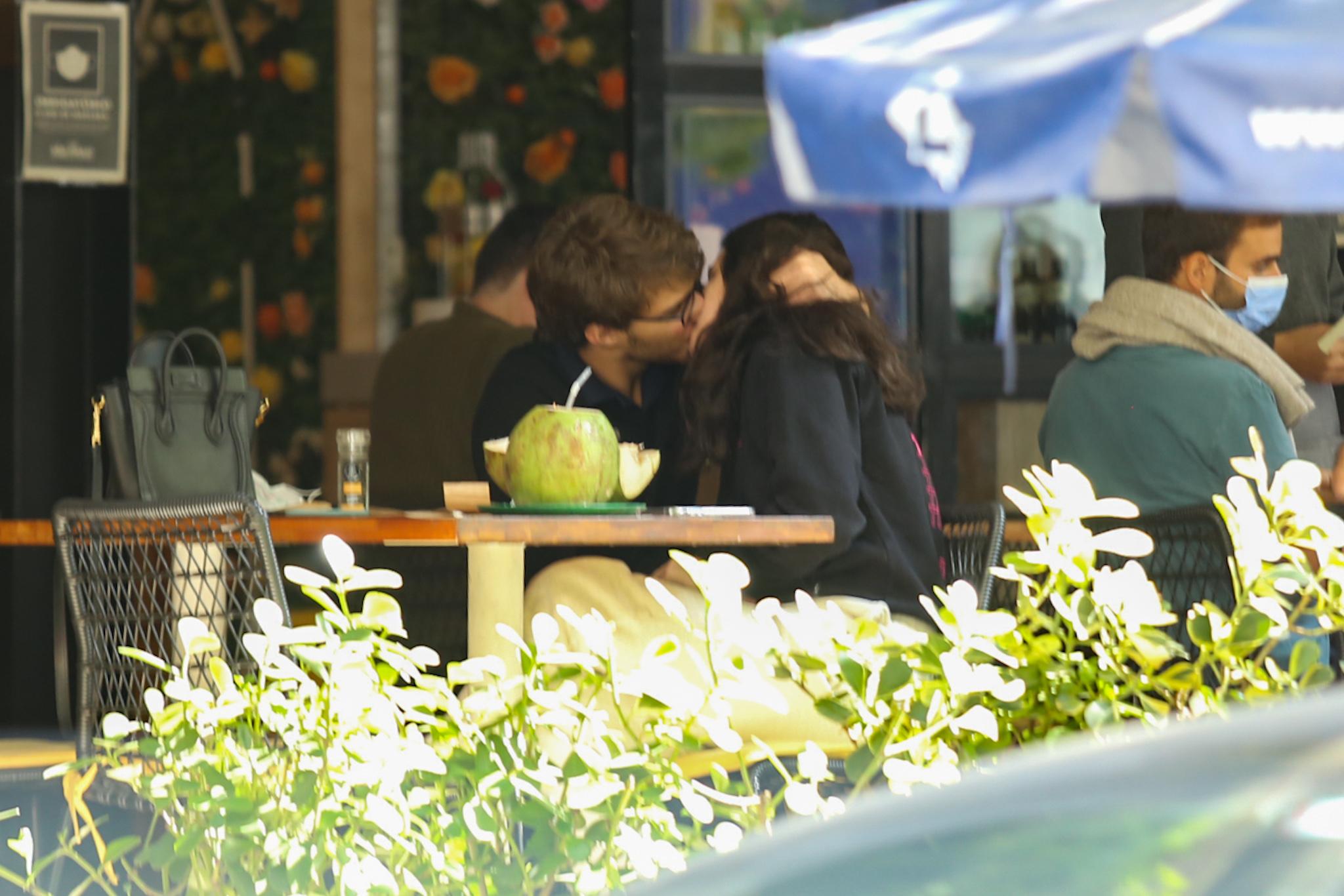 Sophia Raia é clicada aos beijos com novo namorado