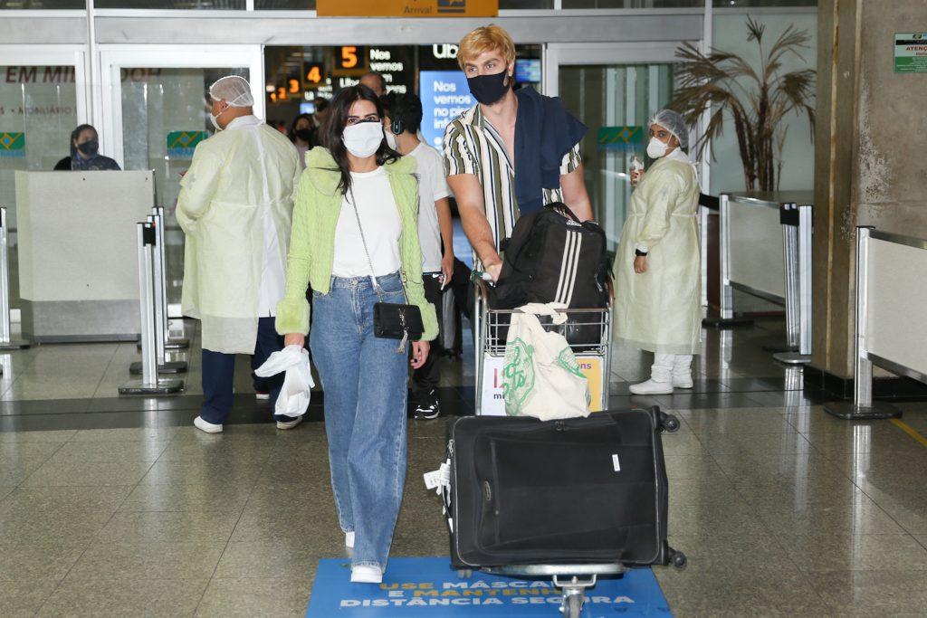 Antonia Morais e Paulo Dalagnoli chegam juntos em São Paulo