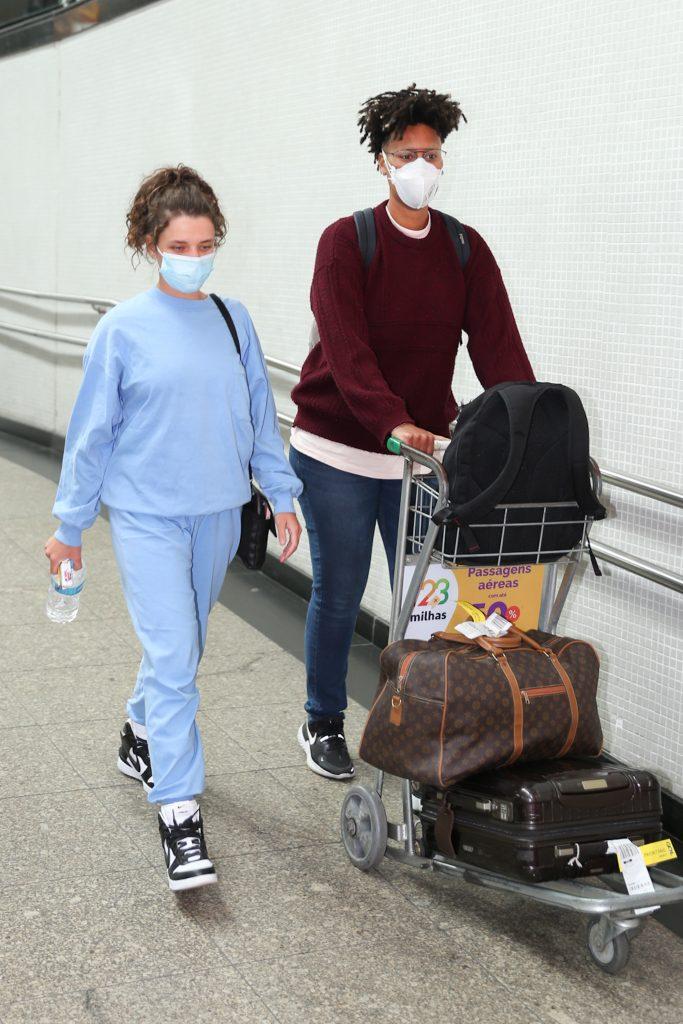 Bruna Linzmeyer chega com a namorada em São Paulo