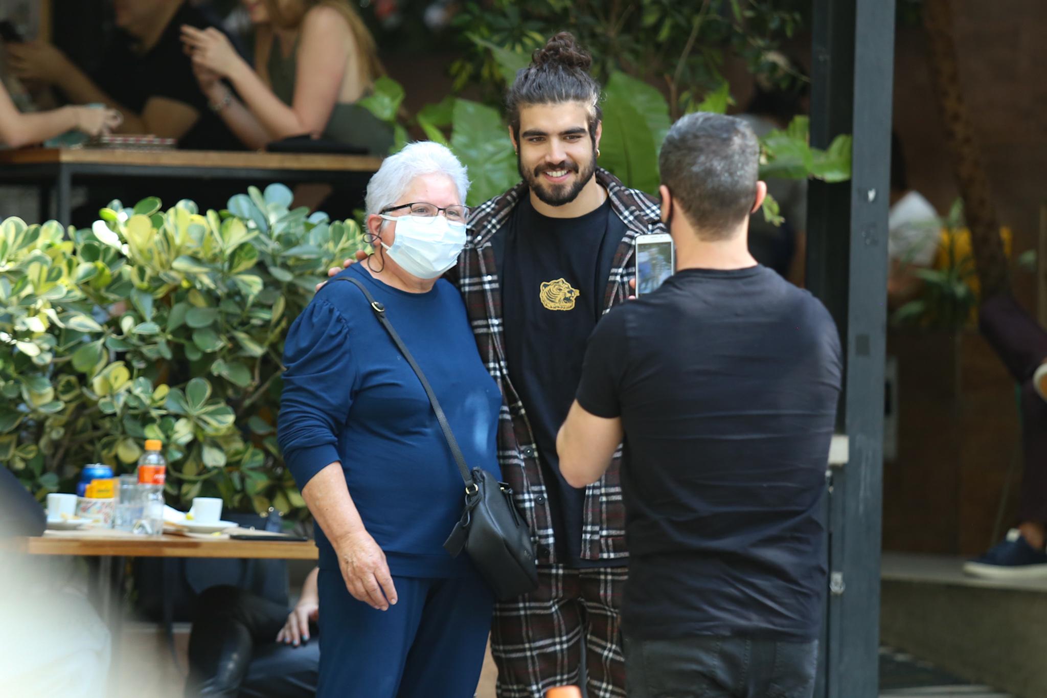 Caio Castro é tietado após almoço em São Paulo