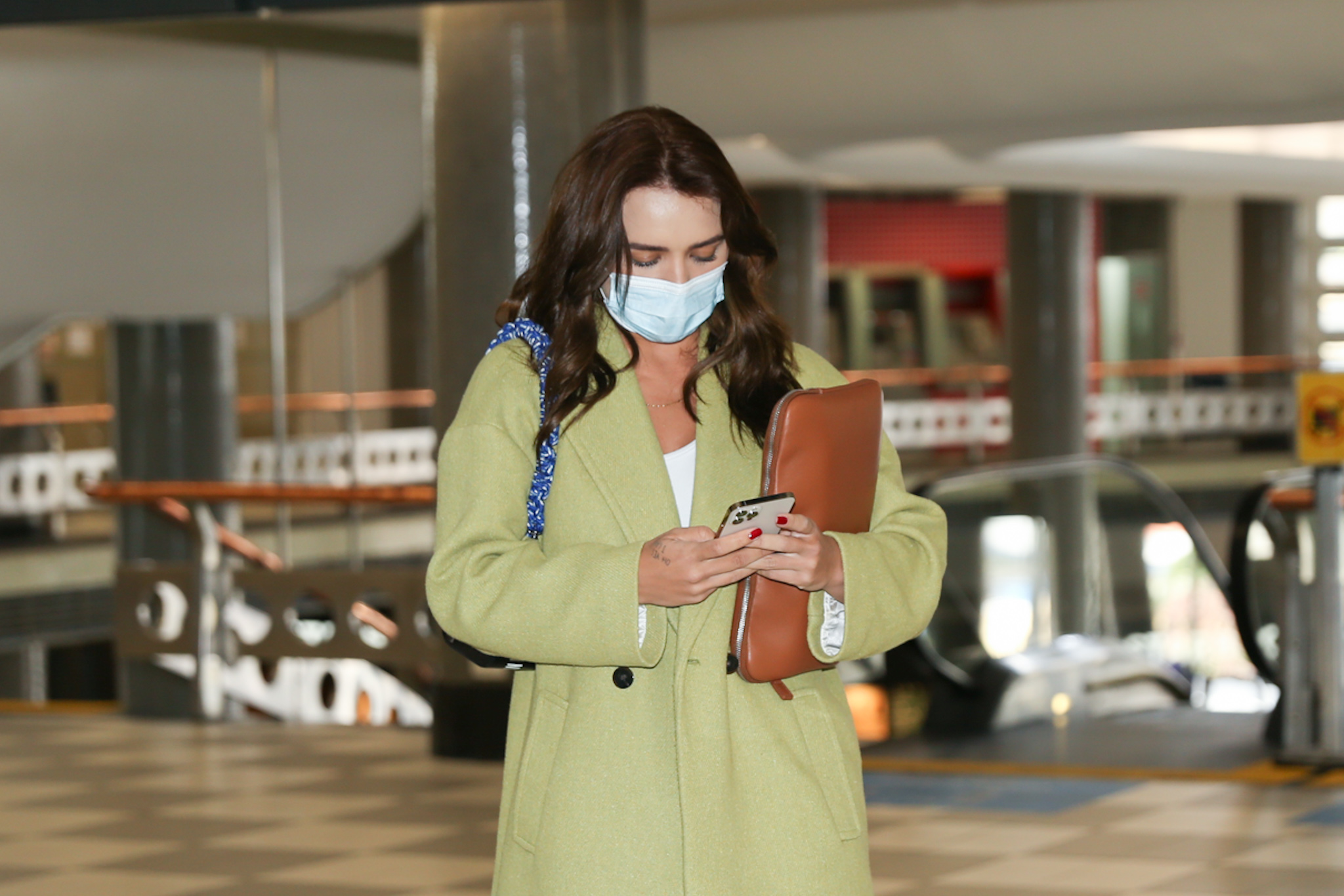 Rafa Kalimann exibe novo visual em aeroporto