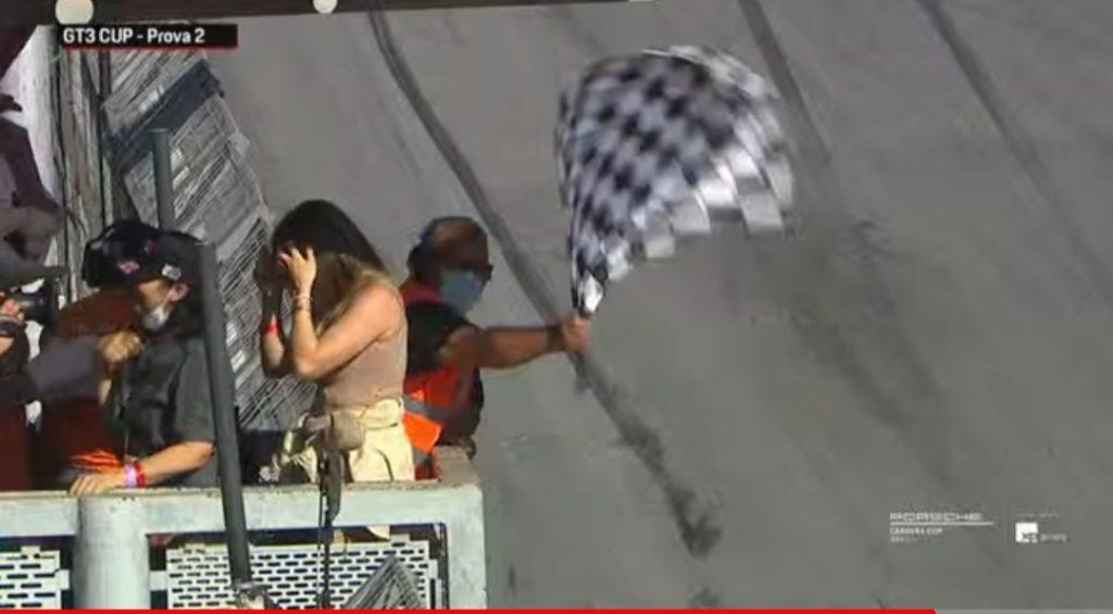 Grazi Massafera dá bandeirada em primeira vitória de Caio Castro na Porsche Cup