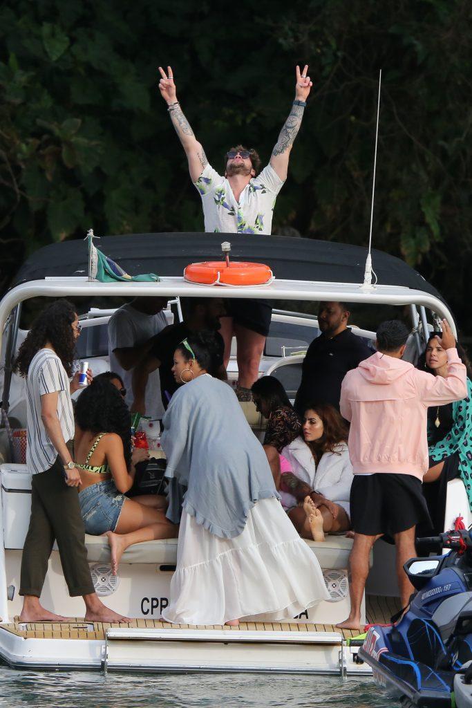Elana e Viegas chegam juntos para passeio de barco com ex participantes do No Limite