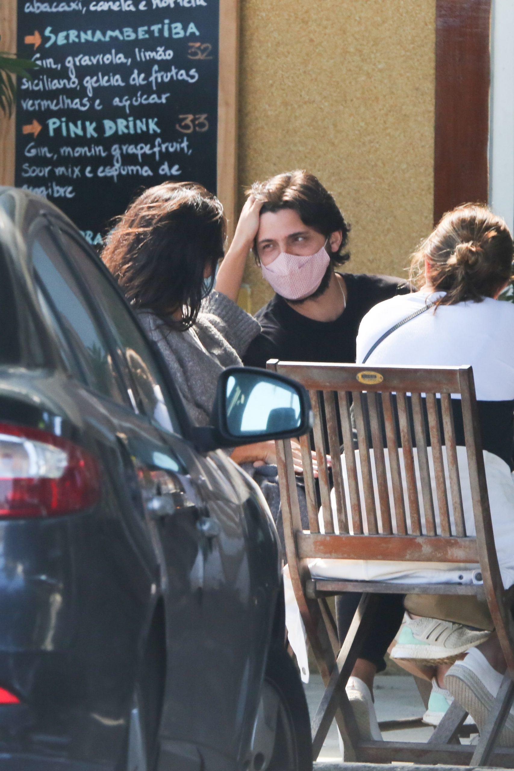 Grávida, Yanna Lavigne troca carícias com Bruno Gissoni em almoço