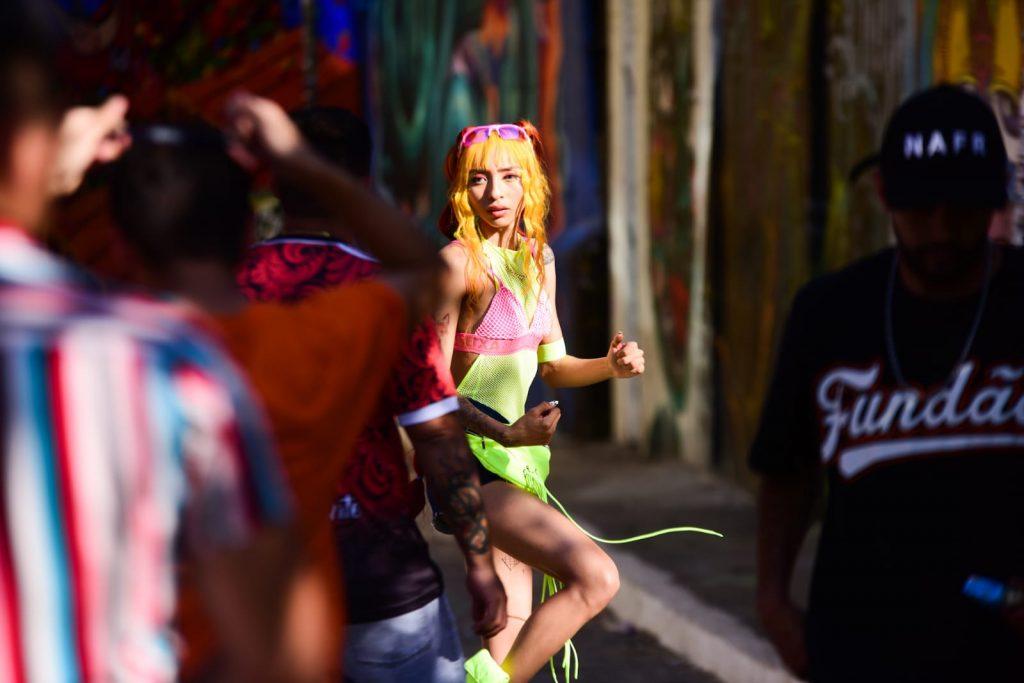 Fenômeno nas redes sociais, Ruivinha de Marte grava clipe em São Paulo