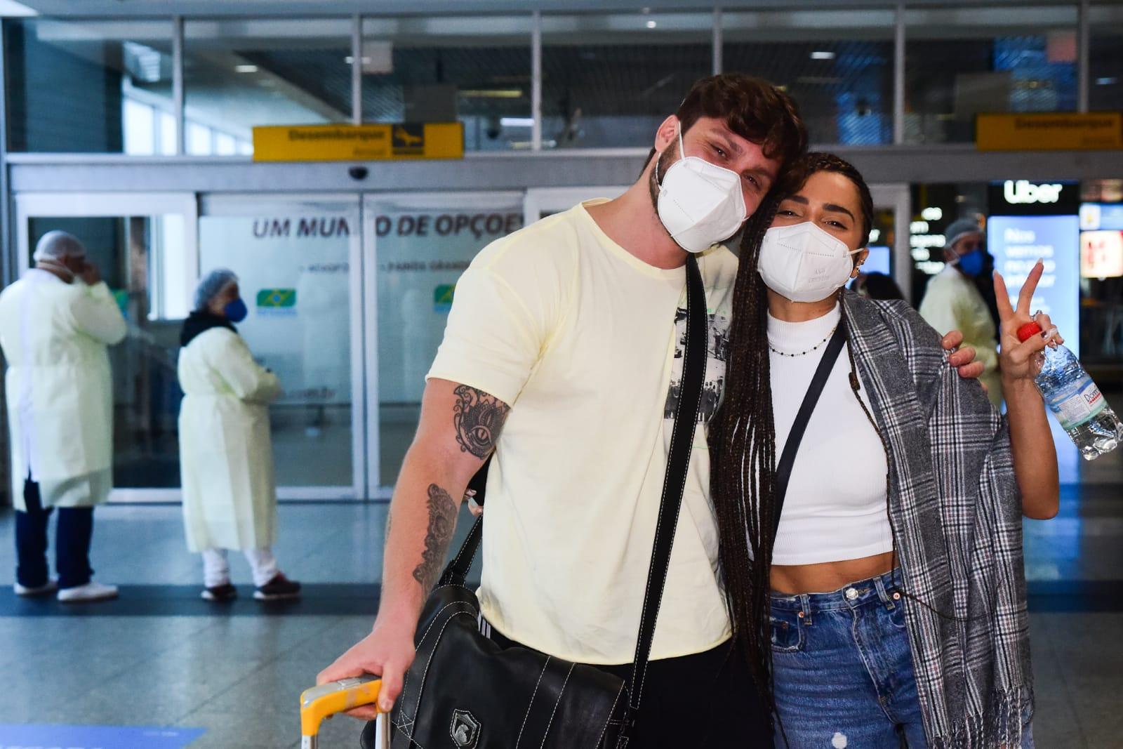 Paula Amorim chega em São Paulo após final do No Limite e diz que guardou segredo até do noivo
